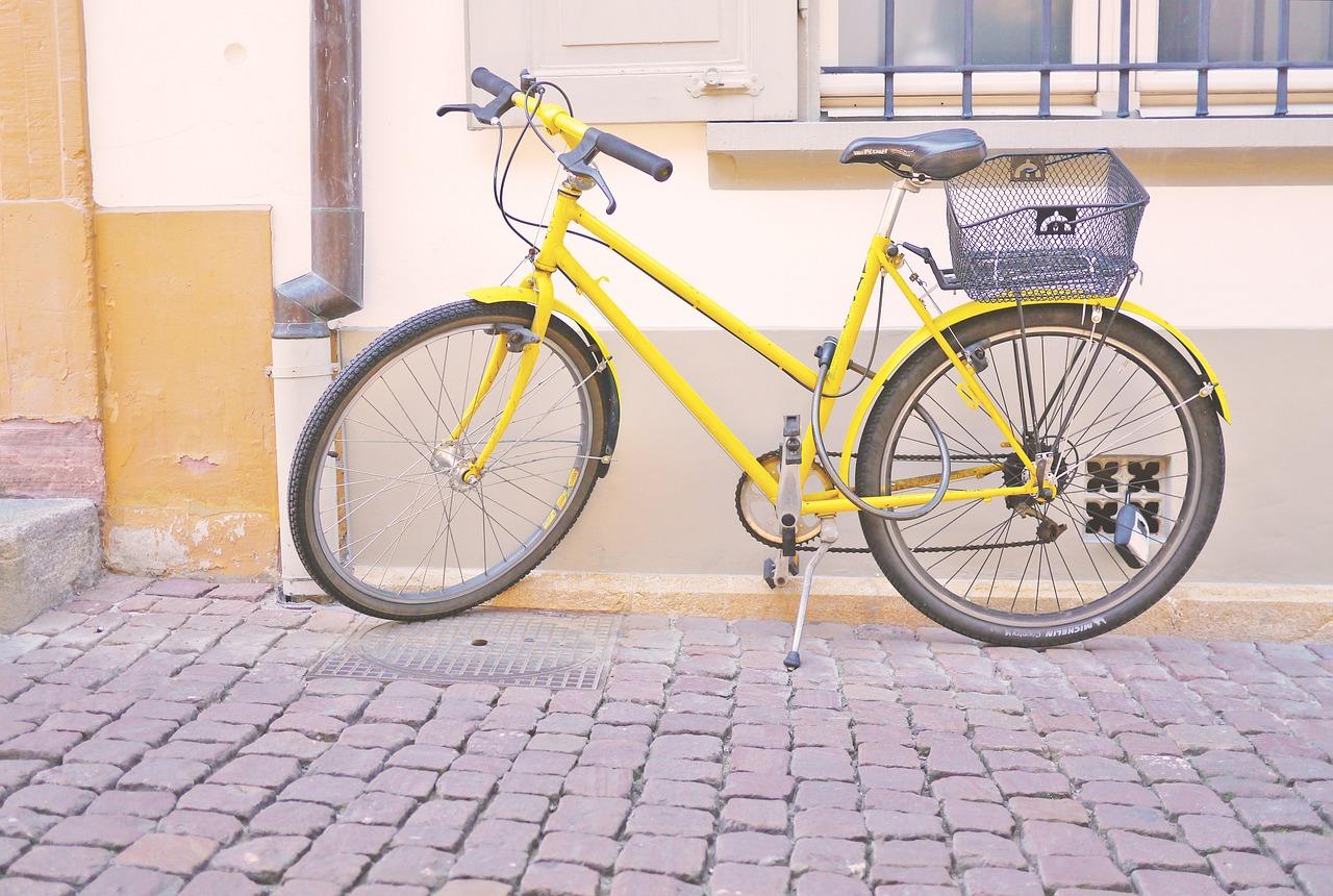 gelbes Fahrrad mit Korb