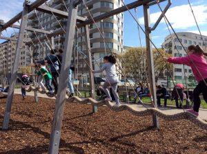 Kinder auf Balancegeraet im Helmut Zilk-Park