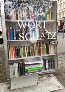Bücherschrank mit Namen Wortschatz